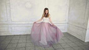 Όμορφες νέες ενήλικες στροφές κοριτσιών στο πορφυρό φόρεμα σε σε αργή κίνηση φιλμ μικρού μήκους