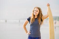 Όμορφες νέες παραμονές κοριτσιών surfer στην παραλία Στοκ φωτογραφία με δικαίωμα ελεύθερης χρήσης