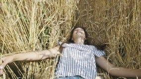 Όμορφες νέες πτώσεις γυναικών στο σίτο απόθεμα βίντεο