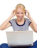όμορφες νεολαίες γυναικών ακουστικών Στοκ εικόνα με δικαίωμα ελεύθερης χρήσης