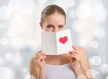 όμορφες νεολαίες γυναικών βαλεντίνων καρτών εκμετάλλευσης Στοκ Εικόνες