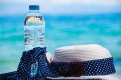 όμορφες νεολαίες γυναικών διακοπών λιμνών έννοιας Προϊόντα πρώτης ανάγκης στην παραλία θάλασσας Μπουκάλι του πόσιμου νερού, θεριν Στοκ φωτογραφία με δικαίωμα ελεύθερης χρήσης