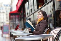 όμορφες νεολαίες γυναικών καφέδων βιβλίων Στοκ φωτογραφία με δικαίωμα ελεύθερης χρήσης