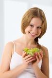 όμορφες νεολαίες γυναικών λαχανικών σαλάτας Στοκ φωτογραφία με δικαίωμα ελεύθερης χρήσης