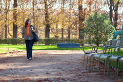 όμορφες νεολαίες γυναικών πάρκων περπατώντας στοκ φωτογραφίες