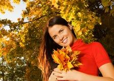 όμορφες νεολαίες γυναικών πάρκων φθινοπώρου Στοκ Φωτογραφία