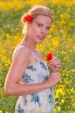 όμορφες νεολαίες γυναικών πεδίων Στοκ Εικόνες
