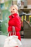 όμορφες νεολαίες γυναικών πόλεων Στοκ Εικόνες