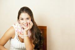 όμορφες νεολαίες γυναικών συνεδρίασης εδρών Στοκ Φωτογραφίες