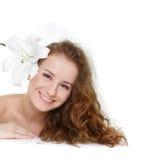 όμορφες νεολαίες γυναικών τριχώματος λουλουδιών φρέσκες Στοκ εικόνα με δικαίωμα ελεύθερης χρήσης
