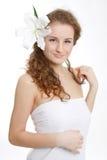 όμορφες νεολαίες γυναικών τριχώματος λουλουδιών φρέσκες Στοκ φωτογραφία με δικαίωμα ελεύθερης χρήσης