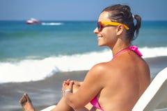 όμορφες νεολαίες γυνα&iota Έννοια θερινών διακοπών Κορίτσι στον αργόσχολο ενάντια στην μπλε θάλασσα Στοκ φωτογραφία με δικαίωμα ελεύθερης χρήσης