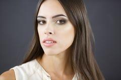 όμορφες νεολαίες γυνα&iota Σκοτεινή ανασκόπηση γοητευτικό makeup Στοκ εικόνες με δικαίωμα ελεύθερης χρήσης