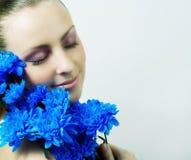 όμορφες νεολαίες κοριτσιών λουλουδιών Στοκ Εικόνες