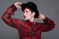 όμορφες νεολαίες πουκάμισων καπέλων σφαιριστών θηλυκές Στοκ Εικόνα