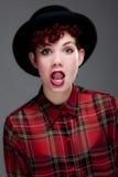 όμορφες νεολαίες πουκάμισων καπέλων σφαιριστών θηλυκές Στοκ Φωτογραφίες