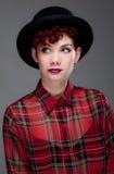 όμορφες νεολαίες πουκάμισων καπέλων σφαιριστών θηλυκές Στοκ εικόνες με δικαίωμα ελεύθερης χρήσης