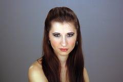 όμορφες νεολαίες brunette headshot Στοκ Φωτογραφίες