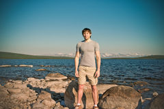 Όμορφες νεολαίες ατόμων που στέκονται τον υπαίθριο τρόπο ζωής Στοκ Εικόνες