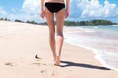 όμορφες νεολαίες γυναικών διακοπών λιμνών έννοιας Κλείστε επάνω των θηλυκών ποδιών περπατώντας από την παραλία του τροπικού νησιο Στοκ εικόνα με δικαίωμα ελεύθερης χρήσης