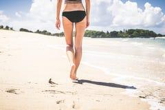 όμορφες νεολαίες γυναικών διακοπών λιμνών έννοιας Κλείστε επάνω των θηλυκών ποδιών περπατώντας από την παραλία του τροπικού νησιο Στοκ εικόνες με δικαίωμα ελεύθερης χρήσης