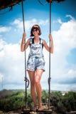 όμορφες νεολαίες γυναικών διακοπών λιμνών έννοιας Νέα ταλάντευση γυναικών σε μια ταλάντευση παραλιών στον απότομο βράχο Εκλεκτική Στοκ εικόνα με δικαίωμα ελεύθερης χρήσης