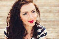 όμορφες νεολαίες γυναικών Με τον επαγγελματία αποτελέστε, προσδιορισμός τρίχας Βοηθητικό νέο φωτεινό χρώμα πολυτέλειας makeup, λα στοκ εικόνα με δικαίωμα ελεύθερης χρήσης