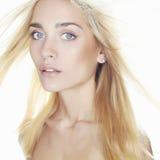 όμορφες νεολαίες γυναικών Ξανθό κορίτσι ελκυστική χτένα ανασκόπησης που πετά τις γκρίζες γυναικείες νεολαίες τριχώματος Στοκ εικόνα με δικαίωμα ελεύθερης χρήσης
