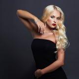 όμορφες νεολαίες γυναικών ξανθό κορίτσι προκλητικό κόσμημα Στοκ Εικόνα