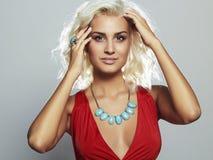 όμορφες νεολαίες γυναικών ξανθό κορίτσι προκλητικό στήθος πλαστικής χειρουργικής Στοκ Φωτογραφίες