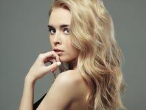 όμορφες νεολαίες γυναικών ξανθό κορίτσι προκλητικό Στοκ Εικόνες