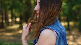 όμορφες νεολαίες γυναικών πορτρέτου τρίχωμα μεταδιδόμενο μέσω του ανέμου απόθεμα βίντεο
