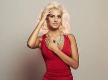 όμορφες νεολαίες γυναικών Προκλητικό ξανθό κορίτσι σωμάτων Κόκκινο φόρεμα Στοκ φωτογραφίες με δικαίωμα ελεύθερης χρήσης