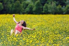 όμορφες νεολαίες γυναικών τεντώματος Στοκ Φωτογραφίες