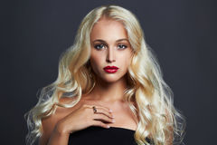 όμορφες νεολαίες γυνα&iota ξανθό κορίτσι προκλητικό Στοκ φωτογραφία με δικαίωμα ελεύθερης χρήσης