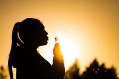 όμορφες νεολαίες θερινών γυναικών ημερών παραλιών Στοκ Εικόνα