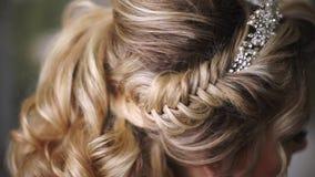 όμορφες νεολαίες νυφών Μοντέρνη γυναίκα Fiancee με νυφικά Hairstyle, το γεγονός Makeup και το κόσμημα απόθεμα βίντεο