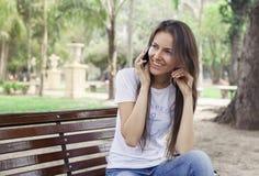 όμορφες νεολαίες τηλεφωνικών ομιλούσες γυναικών κοριτσιών κυττάρων Στοκ Φωτογραφίες