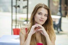 όμορφες ξανθές ματιών εστίασης νεολαίες γυναικών πορτρέτου μαλακές Στοκ Εικόνα