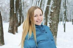 όμορφες ξανθές ματιών εστίασης νεολαίες γυναικών πορτρέτου μαλακές Στοκ Φωτογραφίες