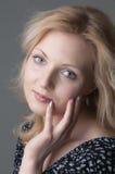 όμορφες ξανθές νεολαίες γυναικών στοκ εικόνα με δικαίωμα ελεύθερης χρήσης
