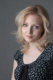 όμορφες ξανθές νεολαίες γυναικών στοκ φωτογραφίες