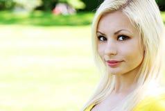 όμορφες ξανθές νεολαίες γυναικών πορτρέτου Στοκ φωτογραφία με δικαίωμα ελεύθερης χρήσης