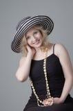 όμορφες ξανθές χαμογελώντας νεολαίες γυναικών στοκ εικόνα με δικαίωμα ελεύθερης χρήσης