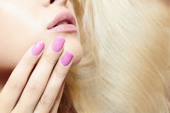 Όμορφες ξανθές woman.lips, καρφιά και τρίχα. κορίτσι ομορφιάς Στοκ Φωτογραφίες