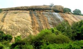 Όμορφες πέτρες λόφων σύστασης του sittanavasal ναού σπηλιών σύνθετου στοκ εικόνα με δικαίωμα ελεύθερης χρήσης