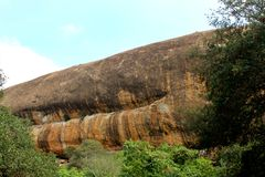 Όμορφες πέτρες λόφων σύστασης του sittanavasal ναού σπηλιών σύνθετου στοκ εικόνες με δικαίωμα ελεύθερης χρήσης