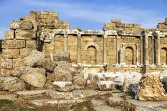 Όμορφες παλαιές καταστροφές μια ηλιόλουστη θερινή ημέρα Οι καταστροφές μιας βυζαντινής πόλης, κατέστρεψαν το σπίτι, τις στήλες, τ Στοκ φωτογραφία με δικαίωμα ελεύθερης χρήσης