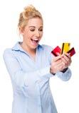Όμορφες πιστωτικές κάρτες εκμετάλλευσης γυναικών Στοκ Φωτογραφία
