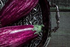 Όμορφες πορφυρές μελιτζάνες στο σκοτεινό ξύλινο υπόβαθρο στοκ εικόνες με δικαίωμα ελεύθερης χρήσης